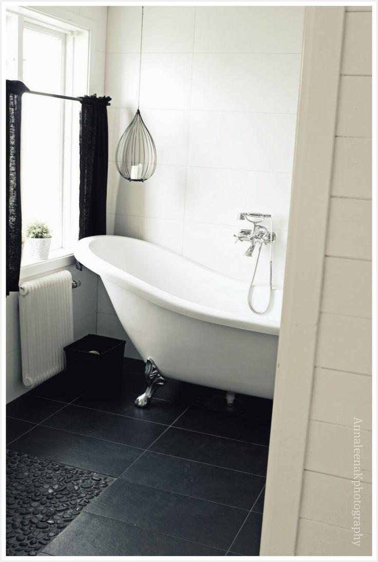 black + white bathroom: Bathroom Design, White Tile, Black White Bathroom, Black Floors, Bathroom Inspiration, Bathroom Curtains, Black And White, Interiors Design, White Wall