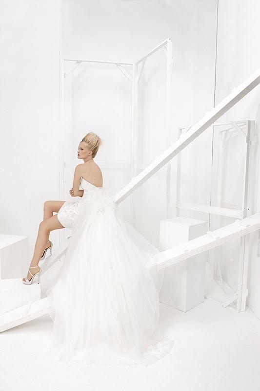 Collezione Vision 2014 - Elisabetta Polignano: abito da sposa bianco corto con lungo strascico ricco di tulle #wedding #weddingdress #weddinggown #abitodasposa #minidress