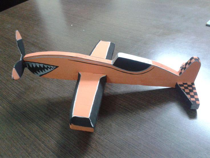 avion de juguete con madera reciclada