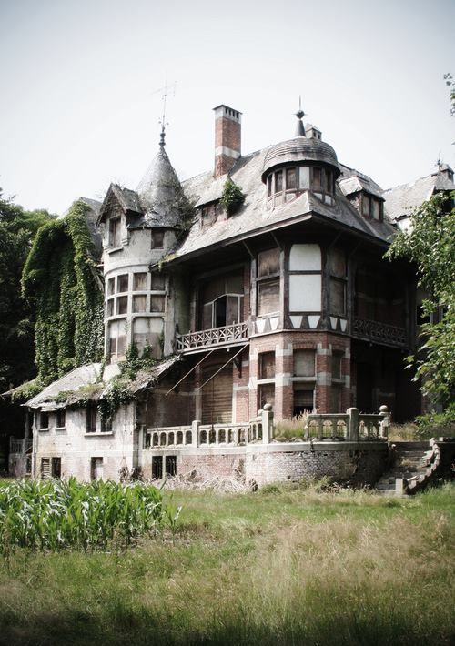 Oh my goodness. This house looks like it's one film crew away from being in a ghost movie. Villa N. (flickr,AerreaOne)