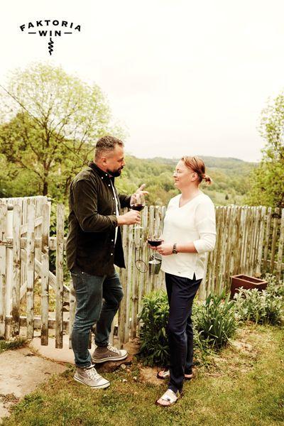 Wino w ogrodzie  i ciekawe rozmowy. #faktoriawin #wine #goodtime #garden #ogrod #lato #natura #rozmowa #przywinie #relaks #dorelaksu