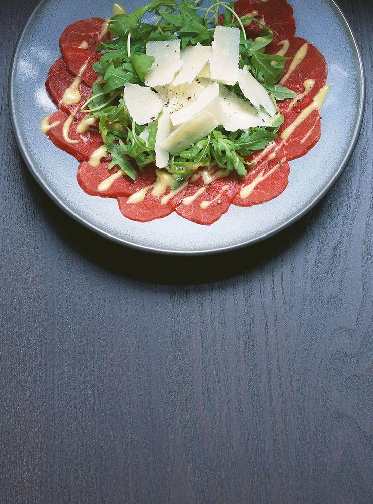 Recette de Ricardo de carpaccio de boeuf. Cette entrée de tranches de boeuf avec une vinaigrette à la moutarde de dijon est parfaite pour les grandes occasions.
