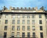 Otto Wagner - architect..  Erbaut wurde das k.k. Postsparkassenamt 1904-06 und 1910-12 von Otto Wagner, einem der wichtigsten Architekten der vorigen Jahrhundertwende. Er entwarf auch Innenarchitektur und Möblierung.