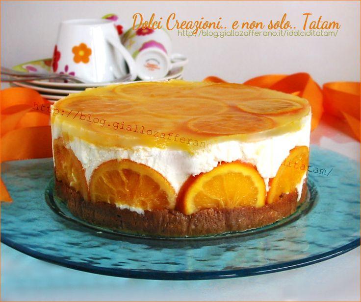 Torta fredda armonia di arance composta da due strati di torta al rum con uvetta, doppia farcitura di crema all'arancia, e topping di gelatina di arance...