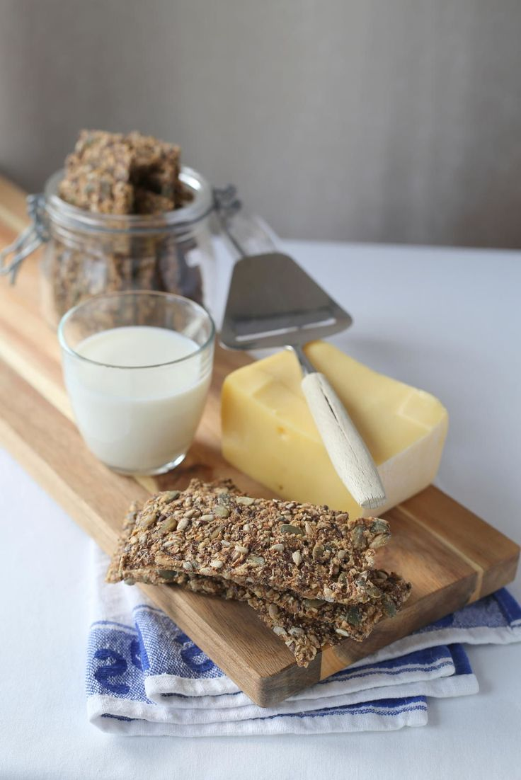 Knekkebrød med rug og kli er fiberrike og sunne med rugmel, havrekli, kruskakli, solsikkefrø, linfrø og gresskarfrø er de gode til frokost og i matpakka.
