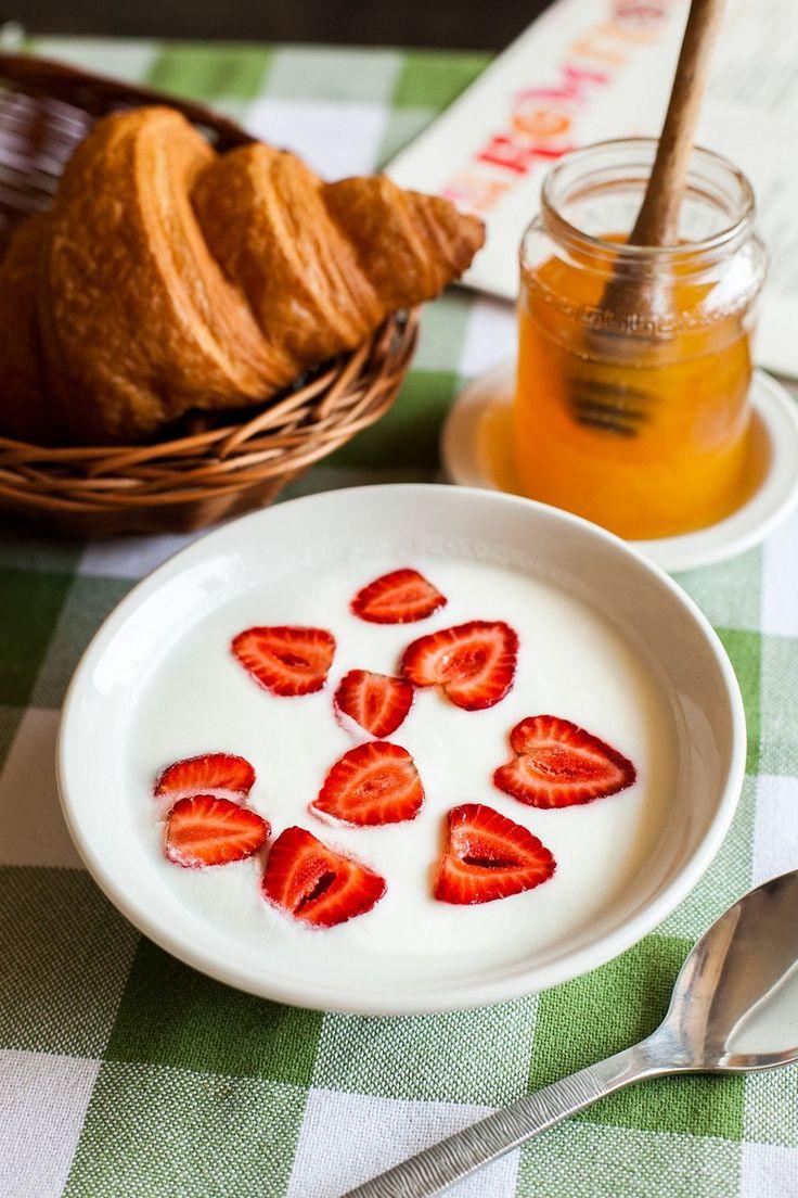 Йогурт с фруктами и ждемом