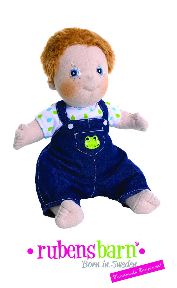 Rubens Kids Jonathan dukken har skiftet tøj, så for eftertiden leveres han med blå overalls i stedet for vest og cap. #Rubens #RubensBarn #RubensKids #RubensKidsJonathan #RubensJonathan #Jonathan #NewClothes #NewRubens #NyRubens #NytUdseende #Legebyen #LegebyenDK