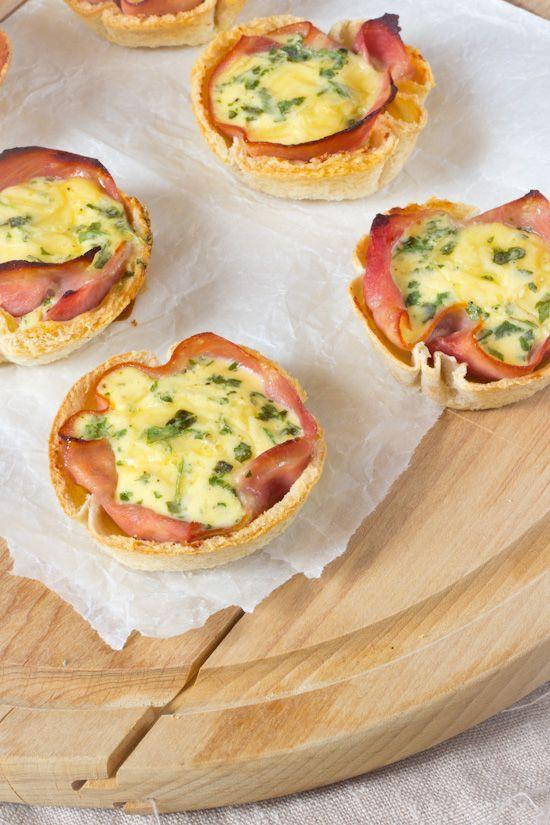 Snelle mini quiche van krokante broodbakjes. Weer super simpel maar smakelijk recept. Snel klaar. Met ei, creme fraiche, kruiden, ham en brood. Mini snacks.