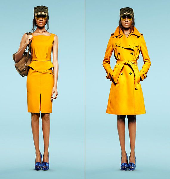 Peplum-szabású ruha és klasszikus trencskó, picit katonásra fazonírozva: az élénk színválasztás azonban játékosabbá, nőiesebbé teszi a szigorú vonalakat.