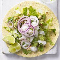 Tostadas de cangrejo.Las tostadas son tortillas crujientes. Se comen con vegetales, limon y cangrejo. Son muy buenas.