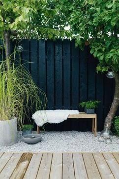 Gebruik verschillende hoogtes en materialen om meer diepte in je tuin te creëeren! Op Woonblog lees je handige tips voor de schaduwtuin. Klik op de bron om naar het volledige artikel te gaan!
