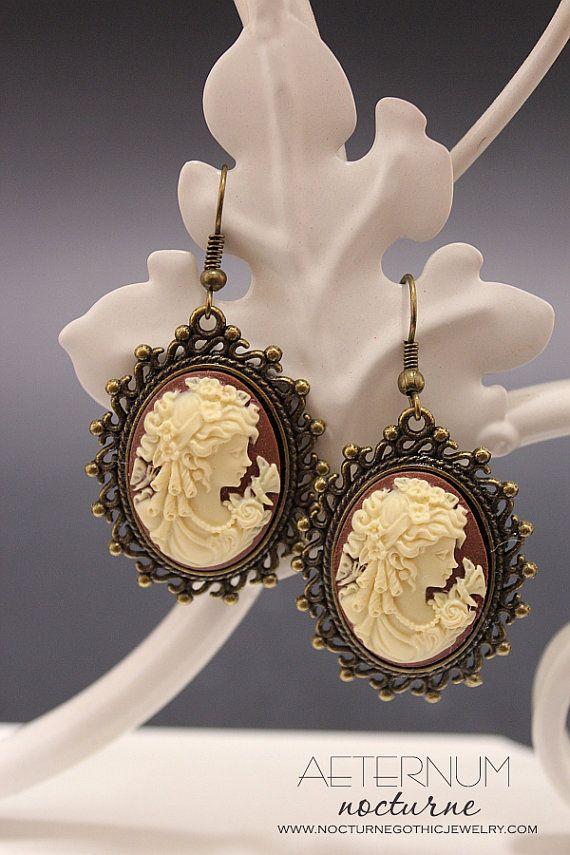 Lady Victorian - boucles d'oreilles camée marron / verte et crème et réglage de la tonalité bronze - bijoux gothique victorien