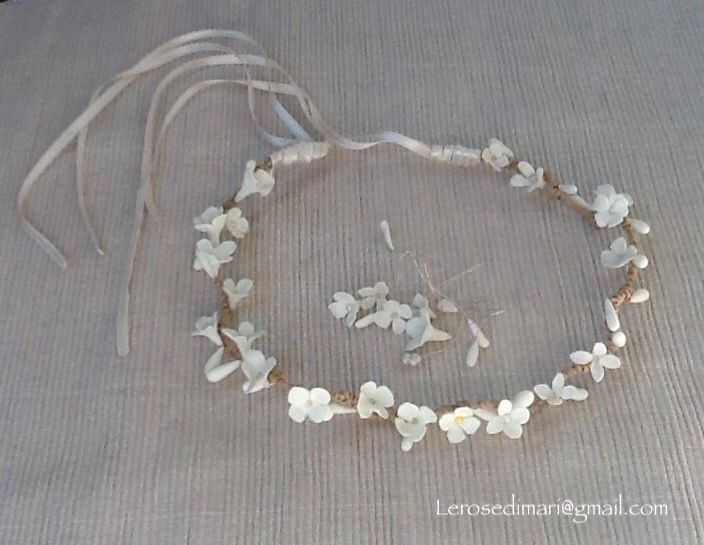 Coroncina realizzata a mano, fiori in porcellana fredda, struttura in filo di rame argentato, spago animato e nastri in satin. Lerosedimari di Maria Paduano.