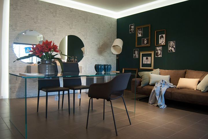 Salone di bellezza con tavolo in cristallo artigianale divano in pelle nabuc e pensile sospeso e specchi rotondi. - http://ift.tt/1FeLg8p