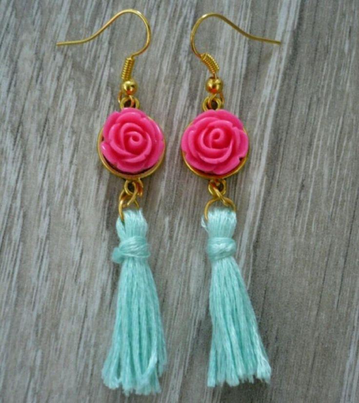 Ibiza Stijl Oorbellen met roosje en kwastjes van borduurgaren - Onderdelen via Beads & Basics