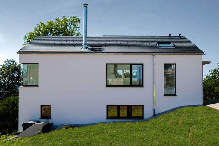 Den Wert des Hauses steigern - das ist schon mit einfachen Renovierungsarbeiten möglich. Neben einer schicken, energetisch sanierten Fassade sorgen etwa eine renovierte Küche, ein modernes Bad und ein gepflegter Garten für Aha-Effekte. Auch Wohnraumerweiterungen tragen zur Wertsteigerung bei.