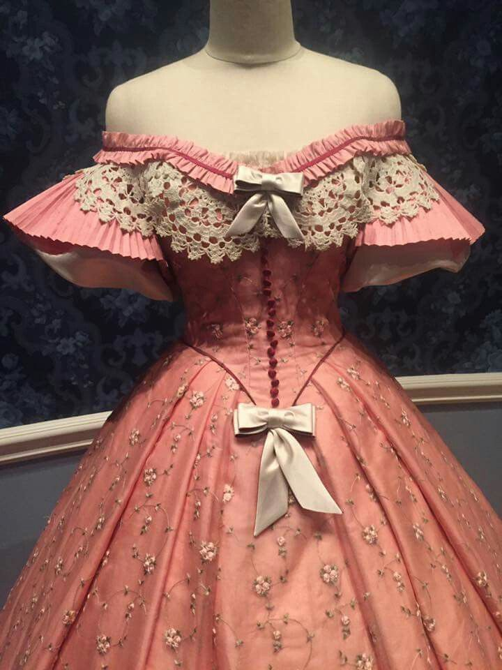 Mary Todd Lincoln dress 1850s. Illinois museum. Sheer pink perfection. Bad manequine.