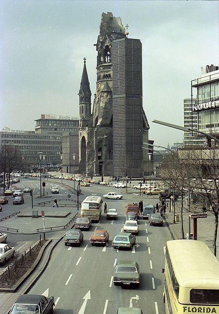 1979 West-Berlin -  Kaiser-Wilhelm-Gedächtniskirche von der Fussgängerbrücke Buderpester Straße (Landesarchiv Baden-Württemberg Staatsarchiv Freiburg W 134 Nr. 105822a Bild 1 (5-785662-1)).