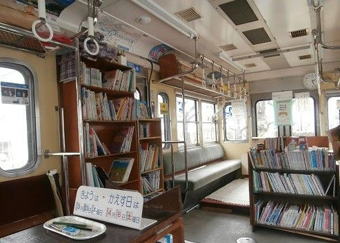 東京都東村山市にある「くめがわ電車図書館」をご存知でしょうか?引退した電車をそのまま団地の中に残し、図書館として使われているのです。とってもロマンチックで魅力的ですよね。今回はそんなくめがわ電車図書館の魅力をご紹介いたします。