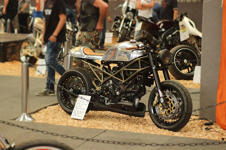 This polished Ducati is a Beauty of a Cafe Racer #caferacer http://caferacer-manufacture.com/pl/galerie/