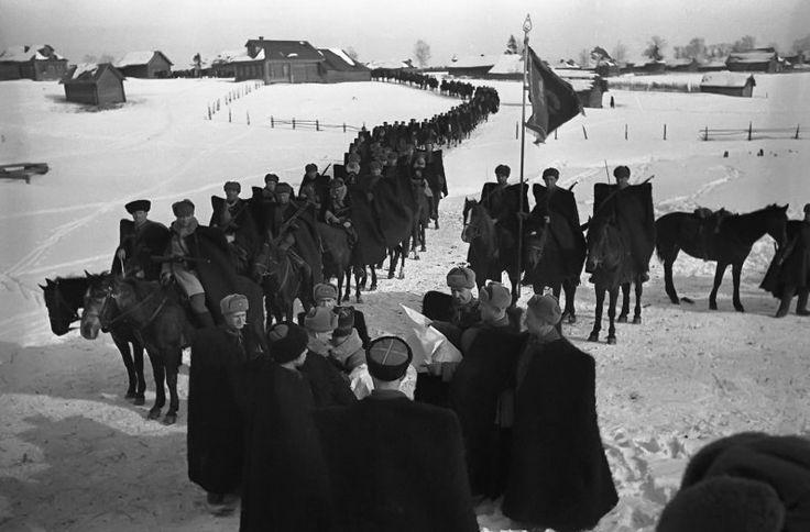 Контрнаступление под Москвой стало звездным часом советской кавалерии. На фото - кавалерийский корпус Доватора, сам Доватор на переднем плане с картой. Будьте