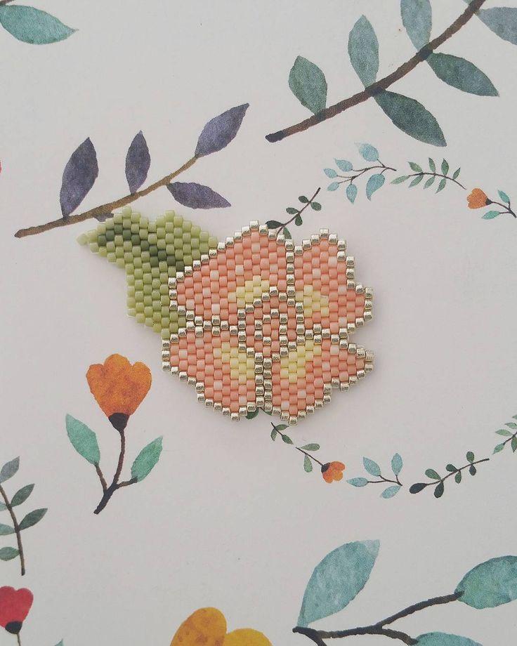 Tissage printanier en jaune, pêche, vert et doré #jenfiledesperlesetjassume #miyuki #brickstitch #perlesaddict #flowflowers2016