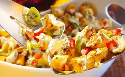 Der köstliche Bratkartoffelsalat mit Lauch, roter Paprika und cremiger Remoulade lädt wirklich jeden zum Schlemmen ein.