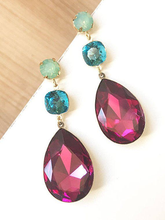5b7274c1c666 Pendientes triples de cristal Swarovski en tonos fucsia y verde agua.  ----------- Miss Fashionista es una firma de alta bisutería que utiliza  materiales de ...