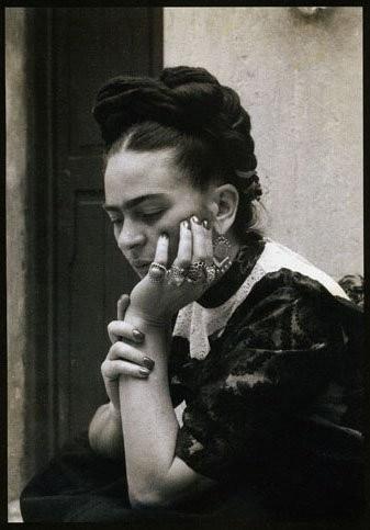 Sempre que vejo uma imagem da Frida Kahlo lembro de um colega de faculdade. ;)