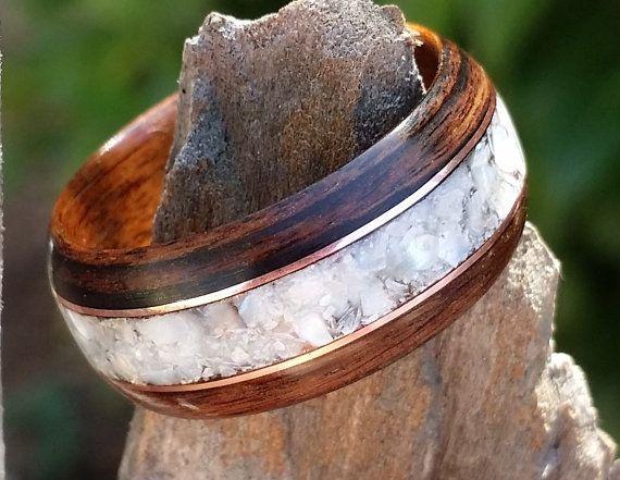 Mijn gebogen hout ringen start met een zeer smalle strook van mooie harde hout dat wordt gestoomd en gelamineerd rond zelf meerdere keren. Dit zijn zeer licht, maar duurzaam houten ringen, en ze zal duren voor een lange tijd. De methode die wordt gebruikt om ze te maken zodat ze zeer duurzaam en de buigende proces maakt het ook mogelijk de woods unieke natuurlijke schoonheid te omspannen de gehele band met geen blootgestelde einde gran. Dan ik knip en de lijm in een inlays als het ontwerp…
