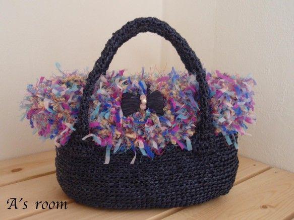ラフィア風の糸で編んだかごバッグに、3種類の糸が合わさったとってもキュートなホワホワのファーをつけて作製しました。定番のかごバッグもファーとリボンで、ちょっぴ...|ハンドメイド、手作り、手仕事品の通販・販売・購入ならCreema。