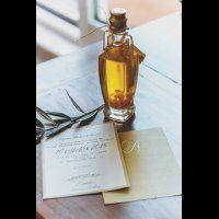 Флакон оливкового масла в подарок и приглашение на свадьбу