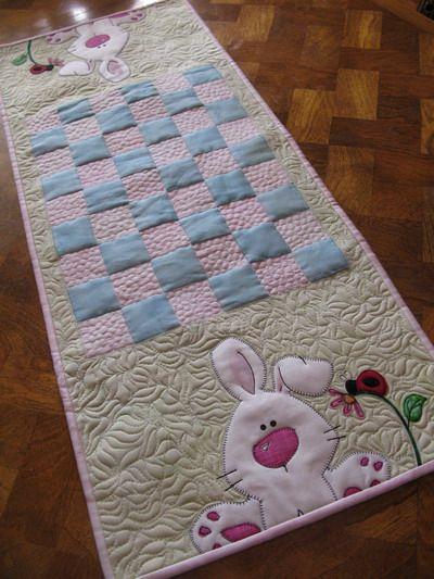 MooseStash Quilting: Easter Table Runner Swap - ahhhhhh