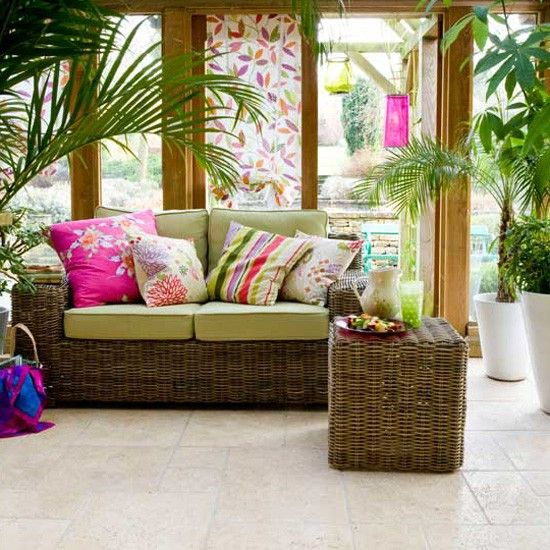 pops of color and rattan furniture ensure a fun and comfortable tropical seating area https://roomdecorideas.eu/outdoors/luxury-outdoor-garden-ideas/