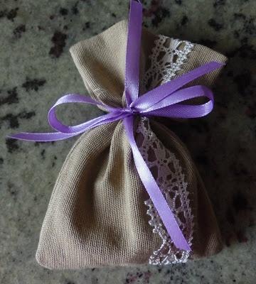 Il Castello Incantato: tutorial sacchetto portaconfetti in stoffa misto lino e pizzo verticale