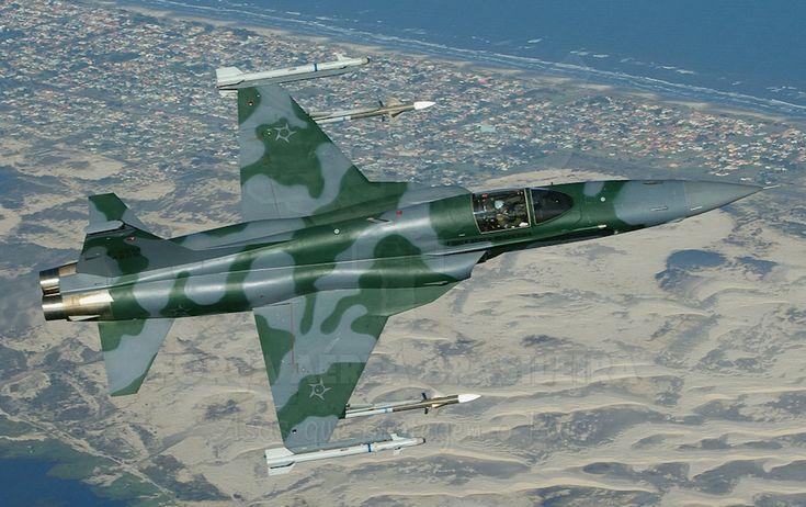 Um caça F-5 da FAB armado com um par de mísseis Piranha na ponta das asas (Foto – FAB) via airway