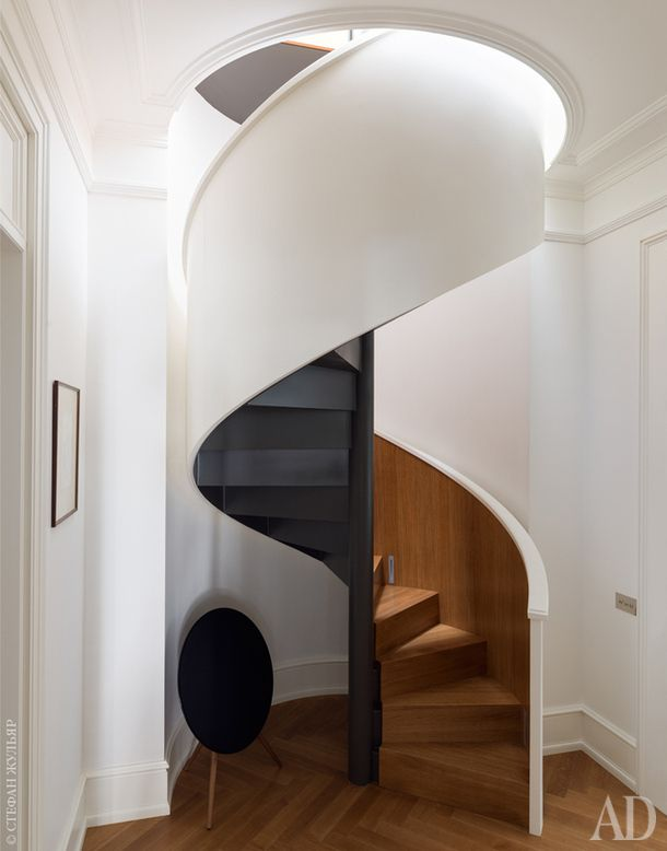 """Два этажа квартиры соединяет скульптурная винтовая лестница, состоящая изтрех """"слоев""""— черный металл, дерево ибелая """"скорлупа"""" снаружи. Застройку вквартире отвечали Константин Круглов и Владислав Елисеев."""