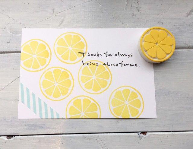 レモンの消しゴムはんこです。オレンジ色で押すとみかんやオレンジにも。参考写真のカードはハガキサイズです。※インク、カード、マスキングテープはついていません。大切なカードなどに押す前に、一度紙に試してみて下さいね。※台木はついていません。【サイズ】 約4...