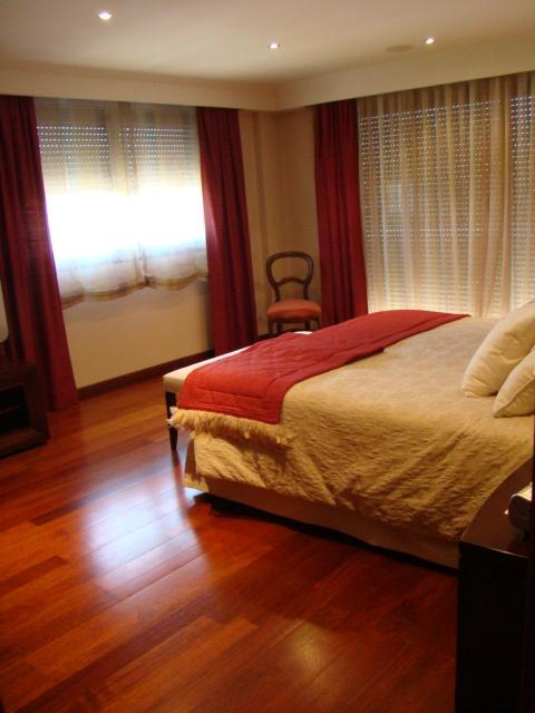 Пентхаус Дуплекс (260 м2). Жилищного строительства, с мраморным полом и паркетом, распространять, (6-й этаж, дилеров, 3 спальни с ванными комнатами и балконами в каждой спальне и гостиной), доступ к лестнице внутри(7-й этаж, прихожая, гостиная, столовая, кабинет, гостевая ванная комната, кухня и прачечная техники и мебели. из на террасу (122,92 м2.), а лестница на террасу на крыше на с террасой (59,60 м2). и дровяной барбекю, машинный зал, баню и солярий (93,06 м2). с бассейном ...