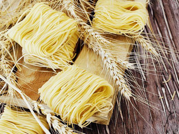 Espaguete com Carne, Amêndoas Defumadas e Manjericão - Food Network
