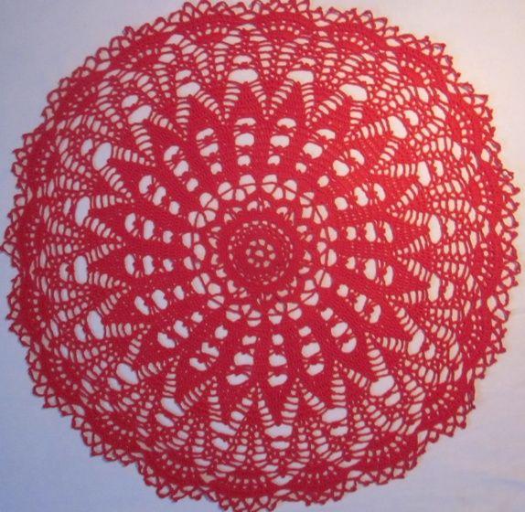 Rød heklet duk - diameter 60 cm.