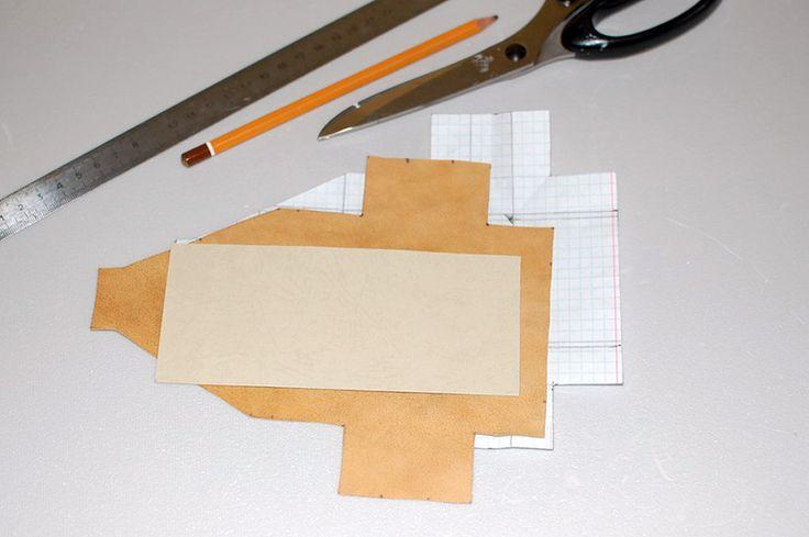 Выкройка простая, но точная, материал - натуральная замша (кожа), плотная бумага, клеящий карандаш, швейная машинка. Прострочить с лицевой стороны, намазать густо…