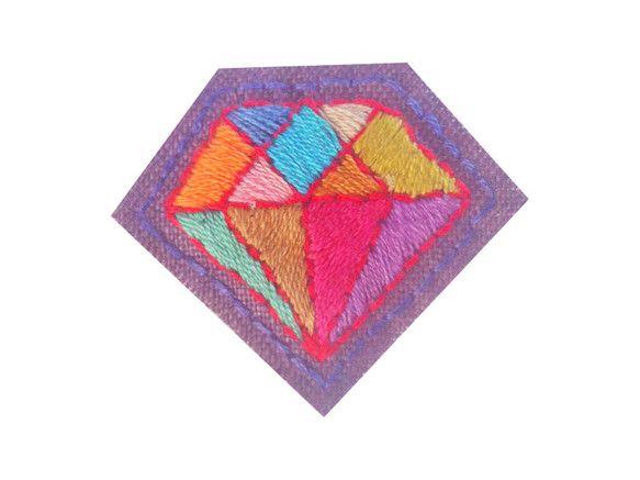 淡いパープルのリネンに色とりどりの糸を使ってダイアモンドを刺繍したブローチです。春色の薄いニットやシンプルなシャツにすっきりかわいく映えます!大きさ:W50&...|ハンドメイド、手作り、手仕事品の通販・販売・購入ならCreema。