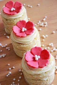 Deliciosas tartas individuales, decoradas con unas preciosas flores, hechas de chocolate plástico  .       TARTAS INDIVIDUALES DE LIMÓN, MER...