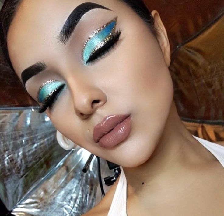 Blue Silver Eyeshadow Look | Sliver Glitter Liner | Bold Colorful Eye Makeup Look | Nude brown Liquid Lipstick | Instagram Eyebrows  #glitter #silver #eyeshadow #eyemakeup #eyebrows #makeup #makeupartist  Pin: @amerishabeauty