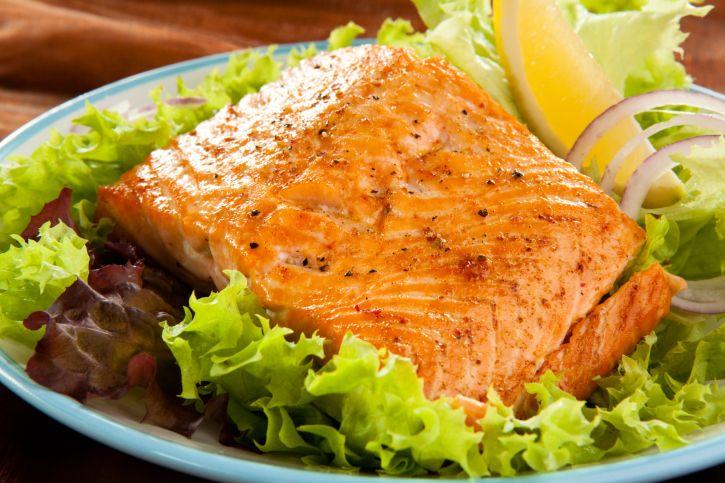 Cuando tengo muchas ganas de comer pescado siempre acudo a esta receta que aprendí hace un tiempo: filetes de salmón. Que no te engañe su simpleza, es la mejor manera de preparar tan delicioso plato. Una crema a base de yogurt, mostaza, mayonesa y especias hará las veces de salsa sobre un