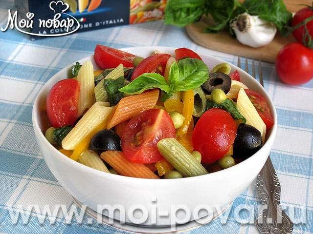 Салат из пасты с овощами. Вкусный и красочный итальянский салат из пасты с овощами будет незаменим в летний период.  Овощи добавляйте по своему вкусу. Прекрасно подойдет брокколи, брюссельская капуста, кабачки и баклажаны.  Макароны изделия подойдут любые.  Иногда в салат добавляют ветчину, сыр, брынзу, консервированный тунец, анчоусы, сардины и т.д.