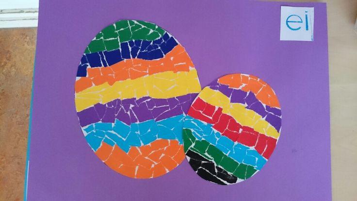 Kern 6 - ei  Maak twee verschillende sjablonen van een groot en van een kleiner ei. Laat kinderen met stukken sitspapier de eieren mozaïeken. Knip de eieren uit en plak ze op een leuk gekleurd papier.
