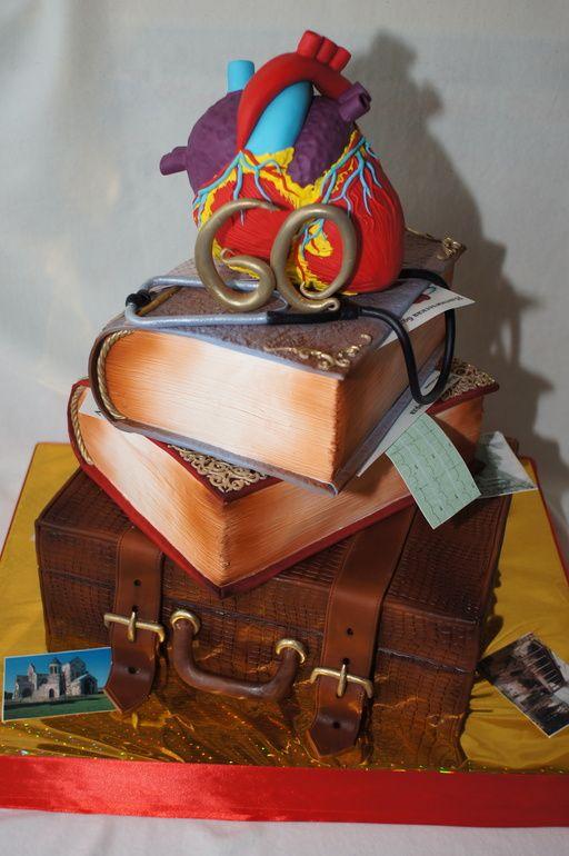 торт кардиологу в виде ящика, на котором стопка книг, фонендоскоп и сердце.