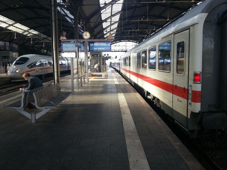 Plataformas de embarque na estação principal de trens de Aachen, na Alemanha. Os trens vistos na foto fazem parte do  transporte de longa distância. À direita, ICE 79 de Bruxelas-Sul para Frankfurt, e à esquerda IC 1918 de Aachen para Ostbahnhof, Berlim, na Alemanha.  Fotografia: ACBahn.